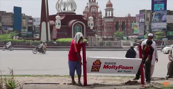 パキスタン_Billbed_MoltyFoam_ホームレス_感動_動画