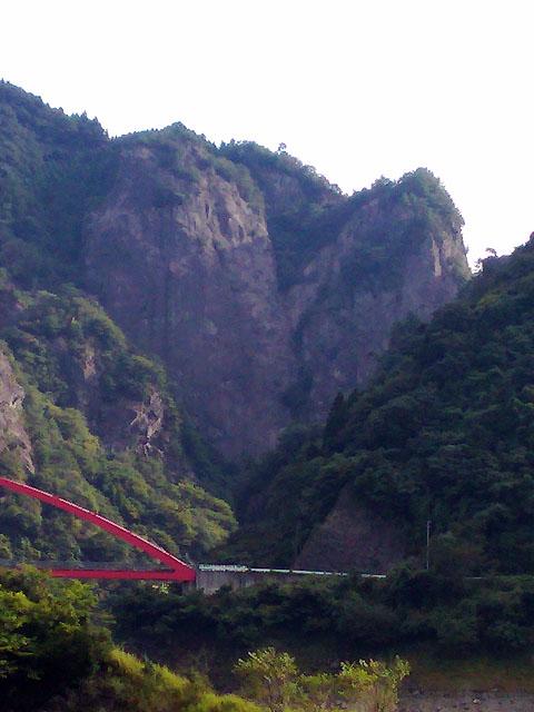 日向神ダムハート岩