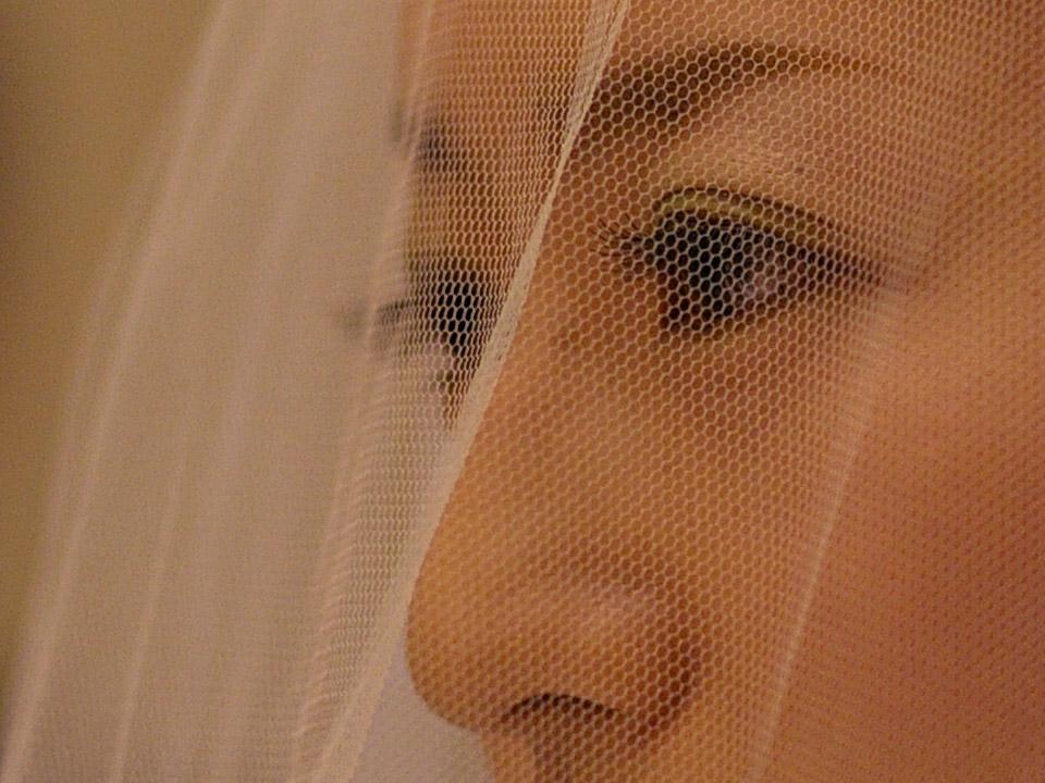 ベールの奥の瞳