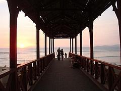 バランコの町から海岸沿いへ降りて行く橋