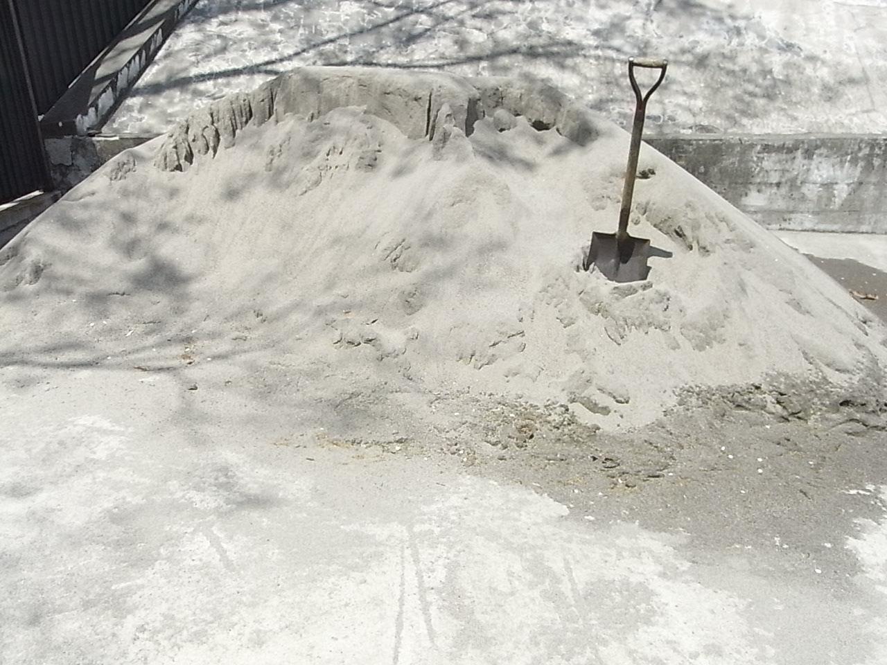 陸上競技場の脇。整備用の砂?