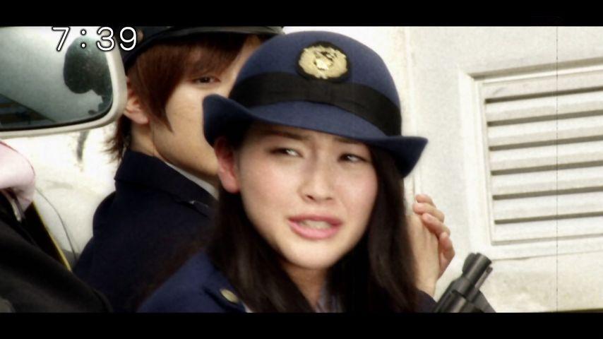 警察官の格好をしている今野鮎莉