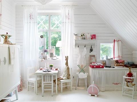 スカンジナビアンスタイルの白い子供部屋
