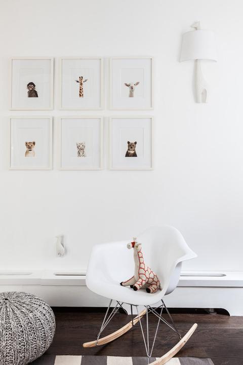 白+ブラウン+グレーのシックな赤ちゃんの部屋