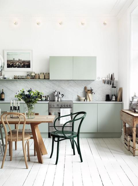 スウェーデン パステルグリーンのキッチンが素敵な家
