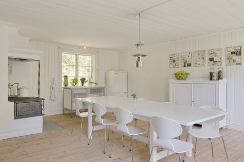 スウェーデン 森の中の白いインテリアの家