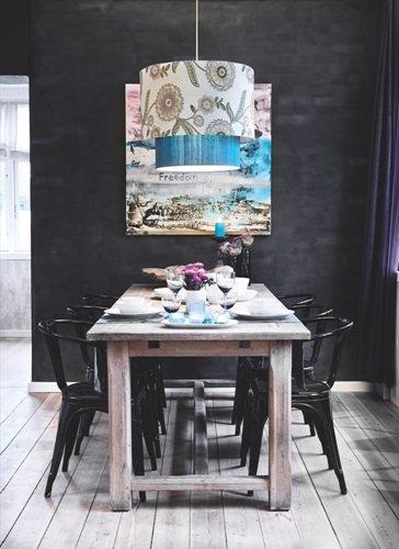 Denmark マットな黒い壁が印象的な家