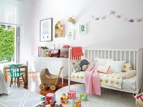 2人姉妹のスカンジナビアンスタイルの子供部屋