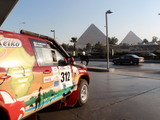 ガソリンスタンドよりピラミッドを臨む