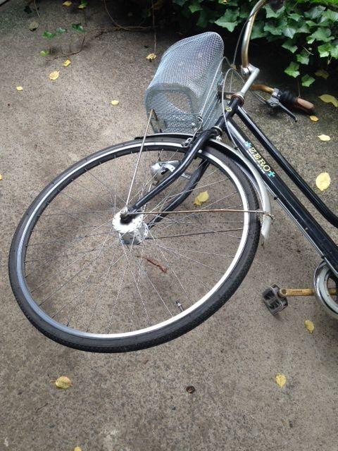 ひとます自転車を横にします。