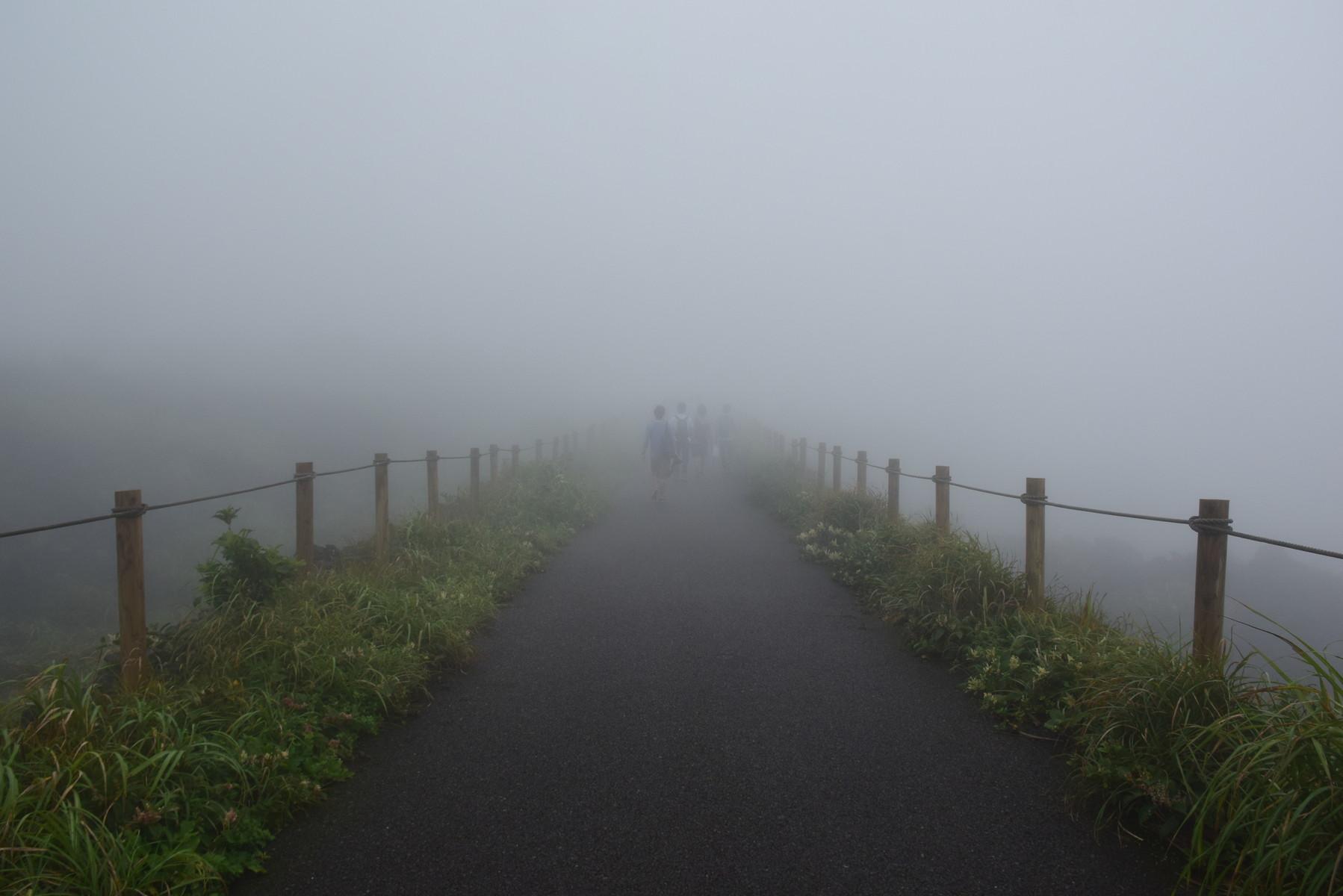 三原山は濃霧に包まれており ...