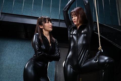 ラバースーツを着た女捜査官の電マ調教