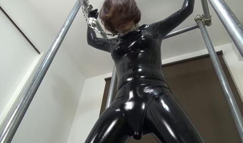 拘束されたラバーガールとセックスする動画