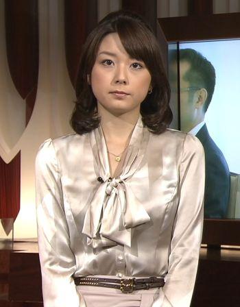秋元優里さんの光沢サテンブラウスがセクシー