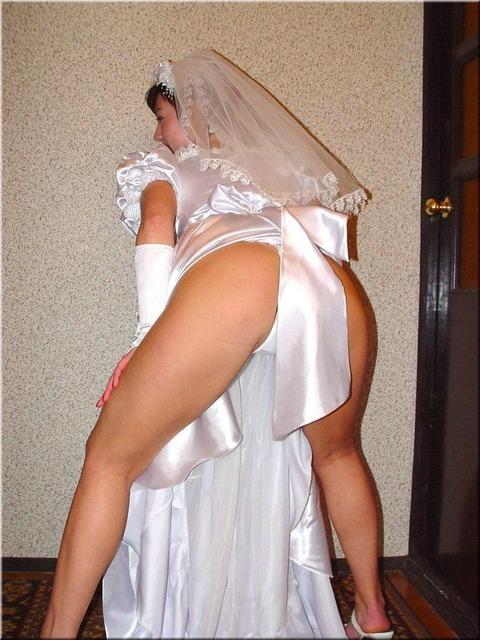 ウエディングドレスを着てのエッチなポーズ