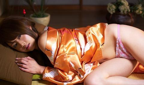 サテンの着物がよく似合う吉沢明歩