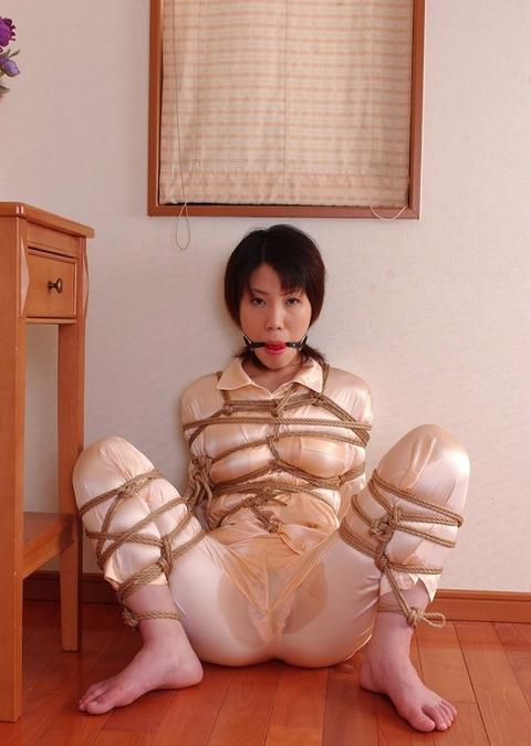 サテンパジャマを着た女性の緊縛