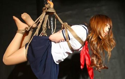 セーラー服美女が吊られる緊縛動画