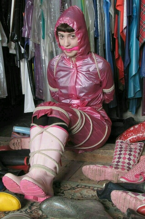 レインコートの上から縛られて監禁された女