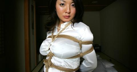 巨乳女性のサテンブラウス緊縛