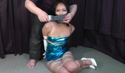 ミニワンピースを着た女性の緊縛動画