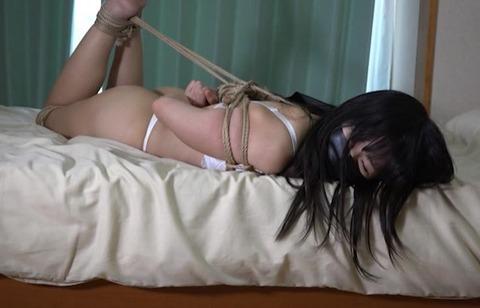 被せ猿轡をされて監禁される乙女