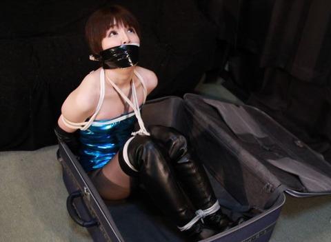ボディコン美女に猿轡をしてキャリーケースに監禁