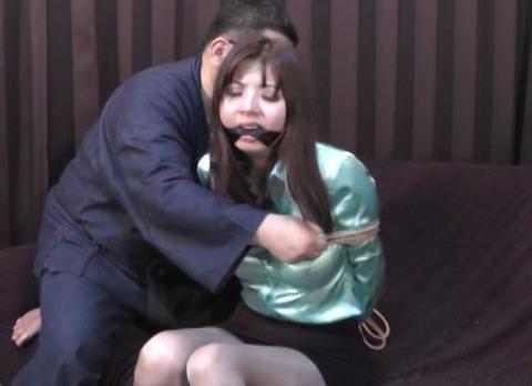 白石愛未さんがサテンブラウスを着て緊縛された動画