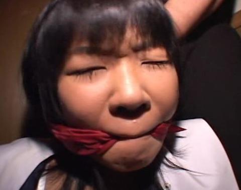 赤いスカーフで猿轡をされる女