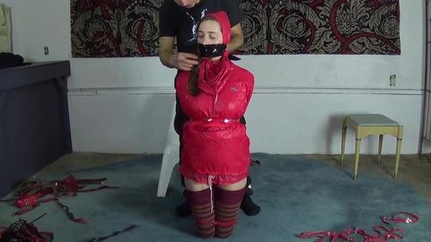 レインコートを着たまま猿轡をされる女