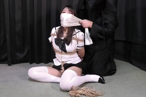 誘拐されて猿轡をされた白いセーラー服の女