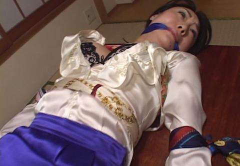 サテンブラウスを着た女性のスカーフ緊縛