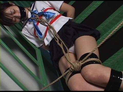猿轡をされ監禁された少女