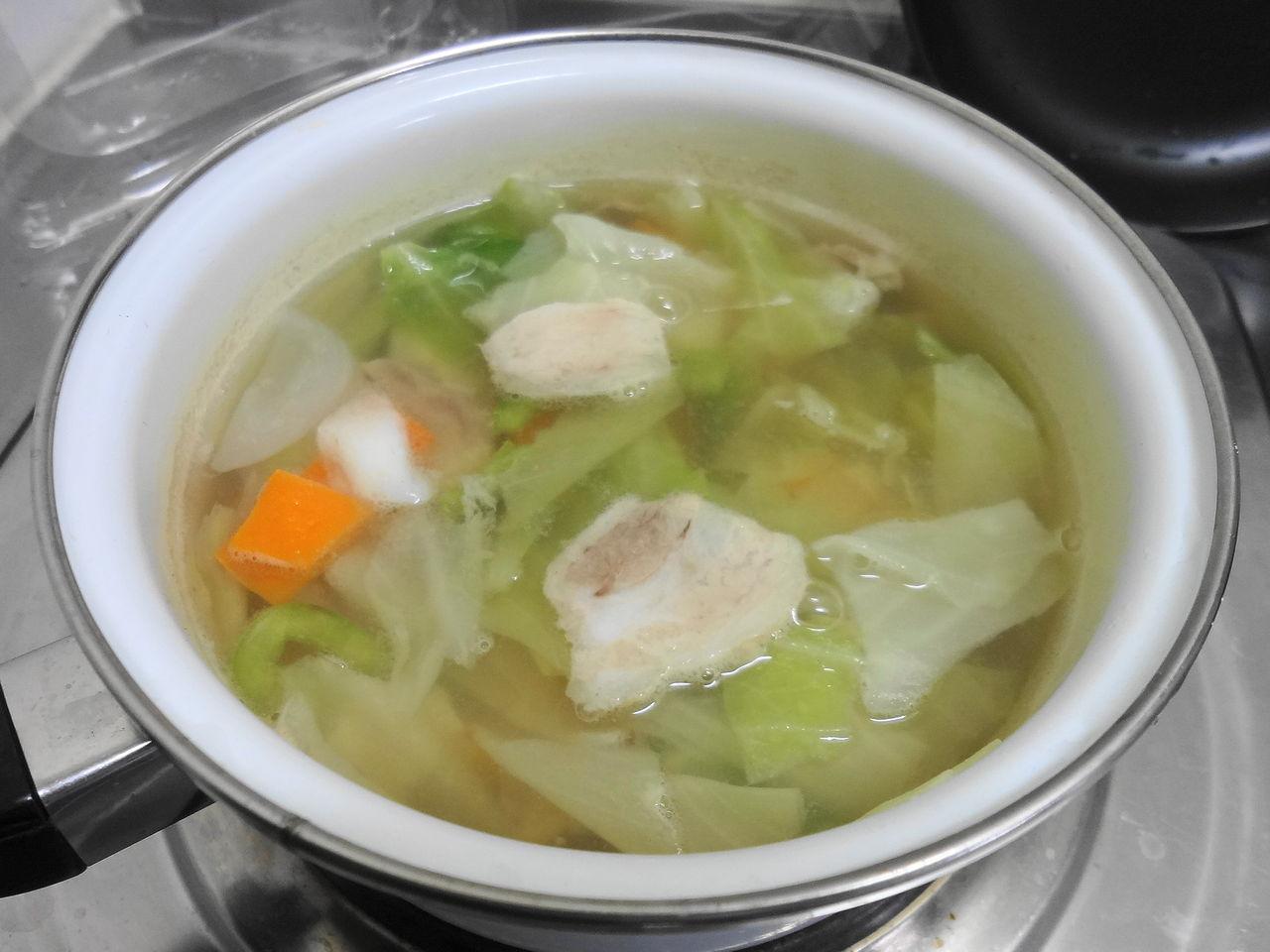 鍋で湯を沸かし、ほんだしを溶かして、豚肉とカット野菜をいっぺんに放り込ん... 日籍部落客・中正