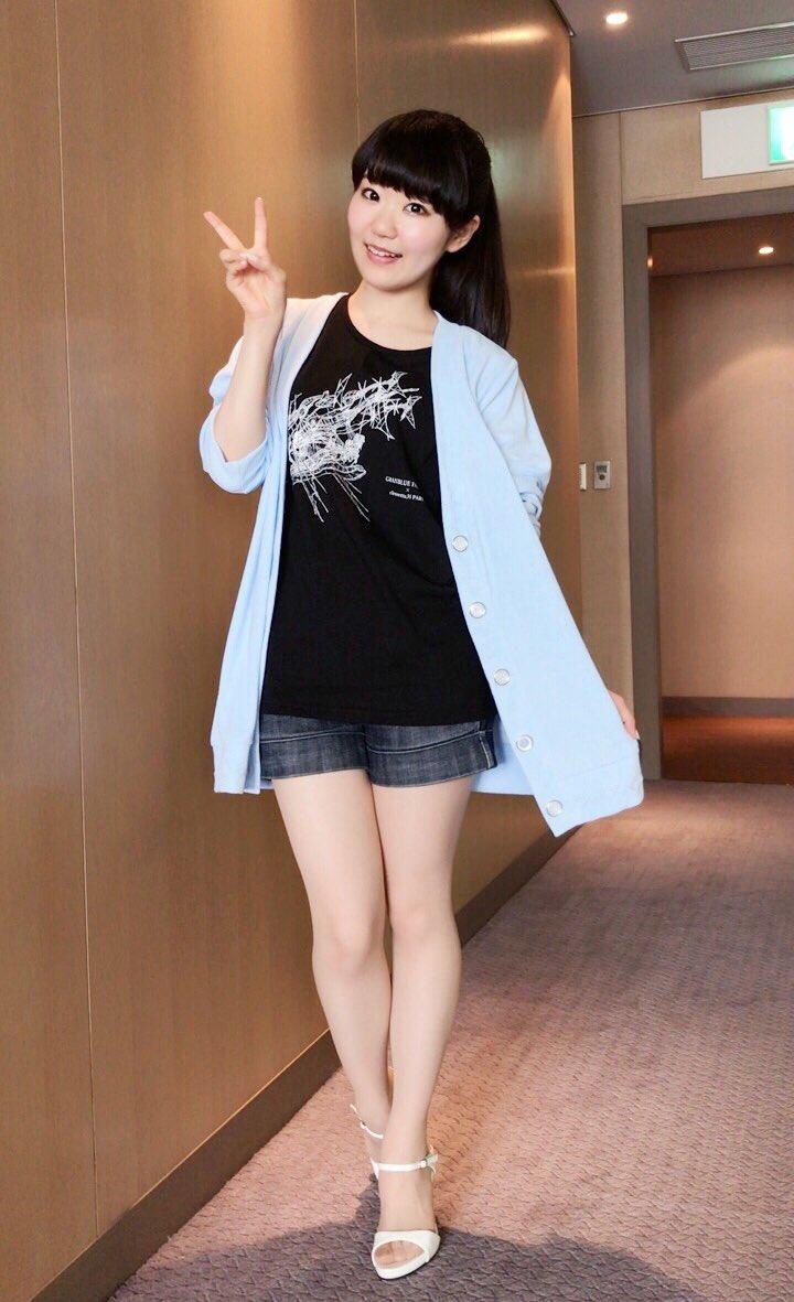 ミニスカート姿の東山奈央さん
