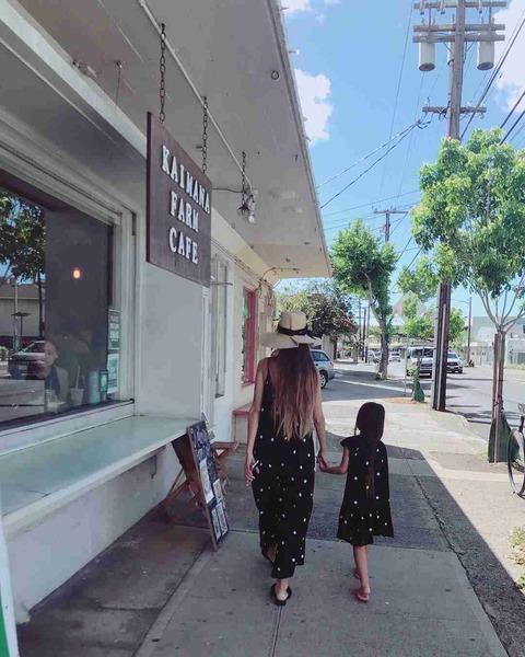 【画像】吉川ひなの「5歳の娘」がスタイル抜群すぎるwwwwwの画像