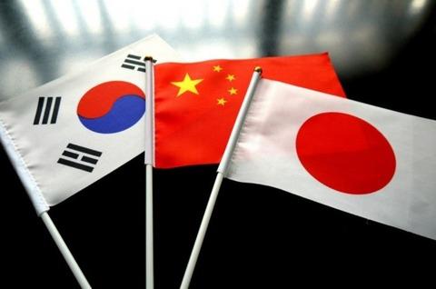 女性の平均身長体重、日本人→154.2cm51.6kg 、中国人→155.8cm56.8kg 、韓国人→157.4cm 57.5kg