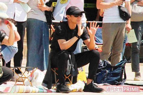 【画像】東山紀之(50)、愛娘の運動会でほかのお父さんたちをオーラと体形で圧倒するwww