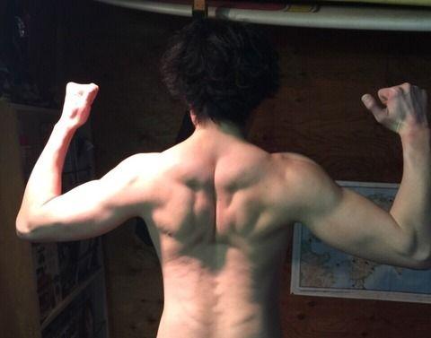 【画像】イヤイヤ、俺こそが本物の細マッチョだ!!
