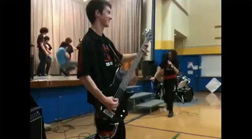 小学生のために演奏したメタルバンドがひどすぎる(動画)