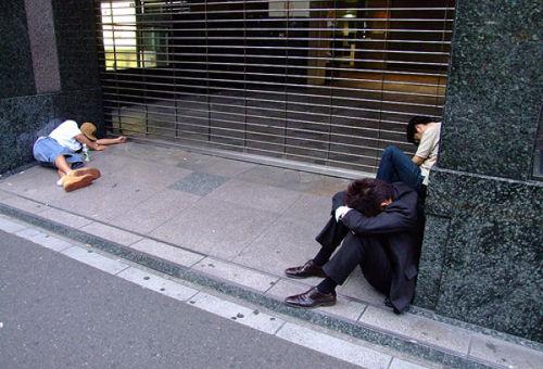 海外サイトに掲載された電車や外で寝てしまう日本人(画像24枚)