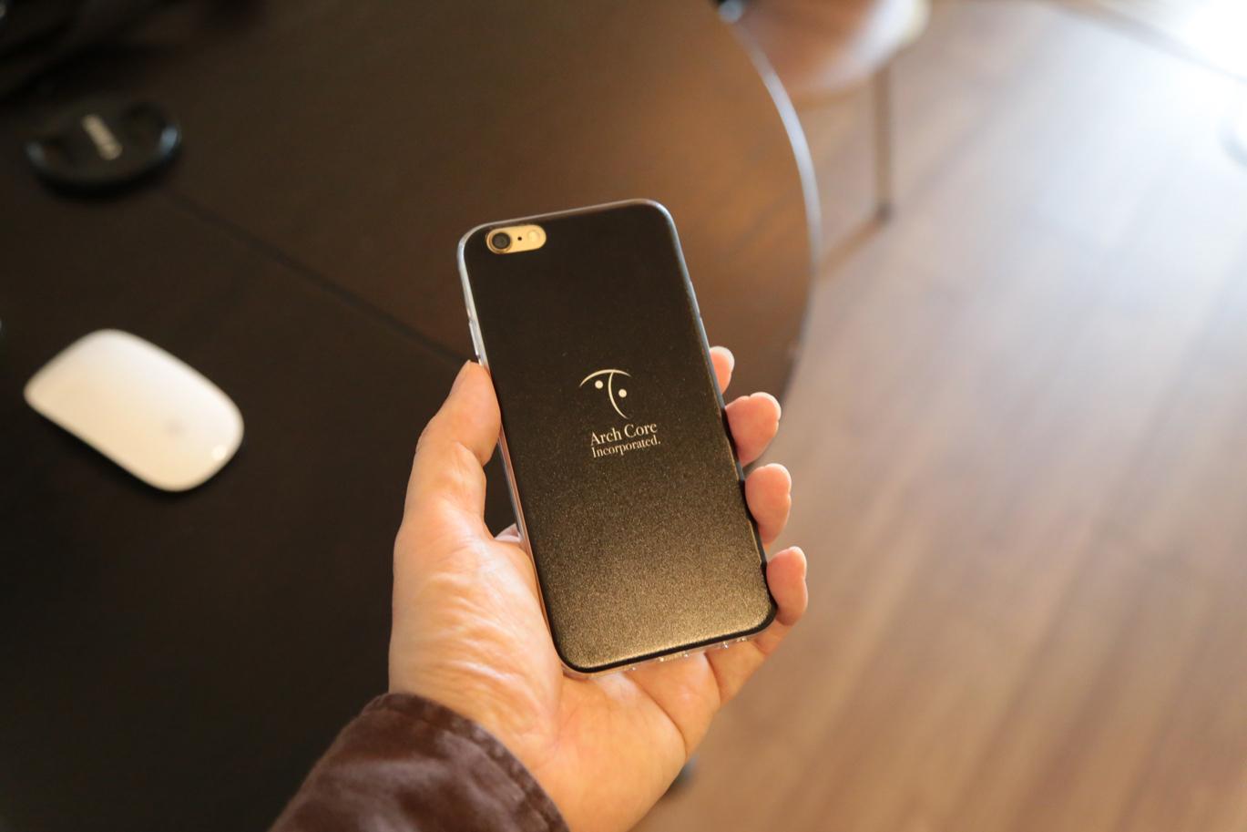 iPhoneケースを持ったところ