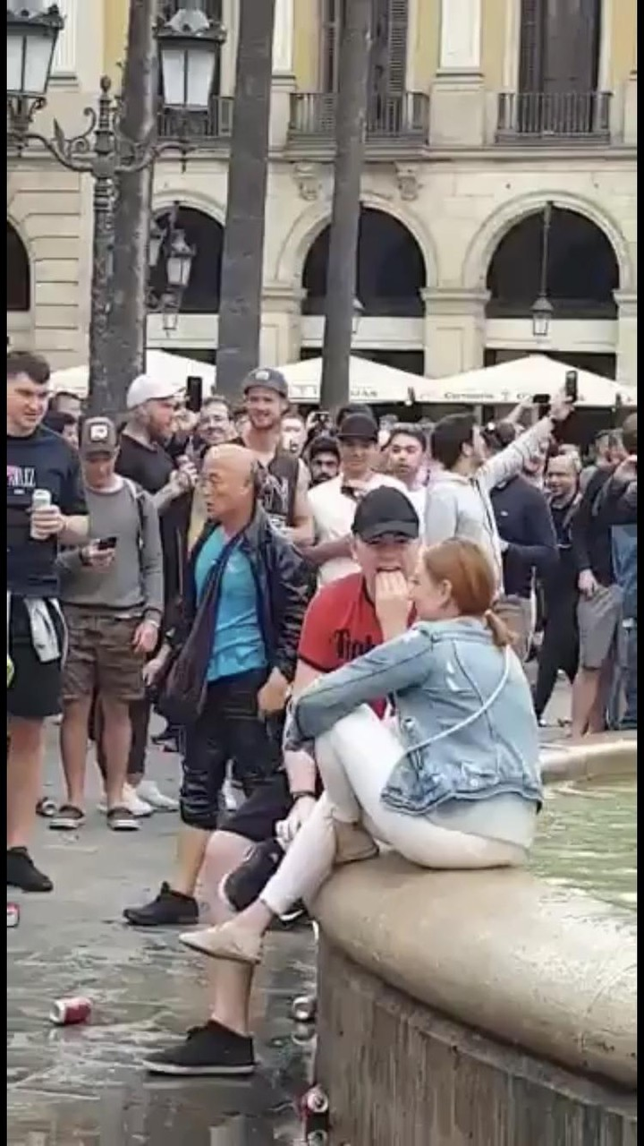 【悲報】 日本人男性、スペインで噴水に突き落とされ笑い者にされるwwwwww
