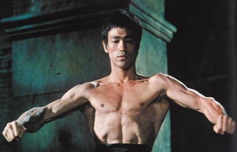 【悲報】Jリーガーさん、一般男性より体がだらしない・・・これはデブですわの画像