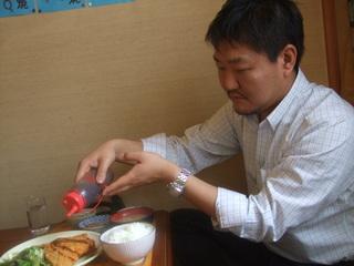 ソースをかけるtomiyaさん