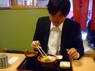 三色丼を食べる梅村君