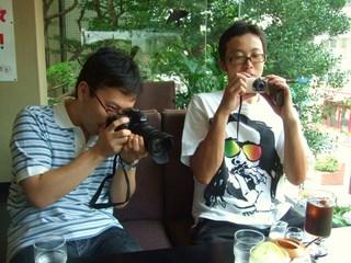 写真を撮りまくる2人組
