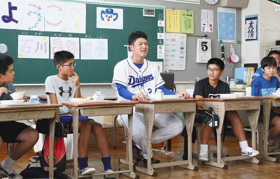 中日ドラフト1位・石川昂弥選手が小学校の給食交流会に参加 「彼女はいますか?」の直球質問も