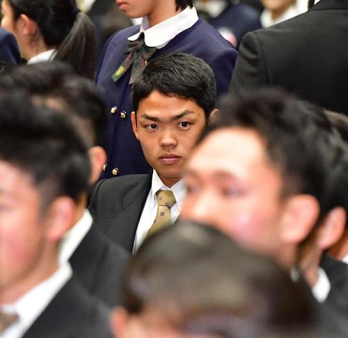 大阪桐蔭の卒業式に出席する根尾