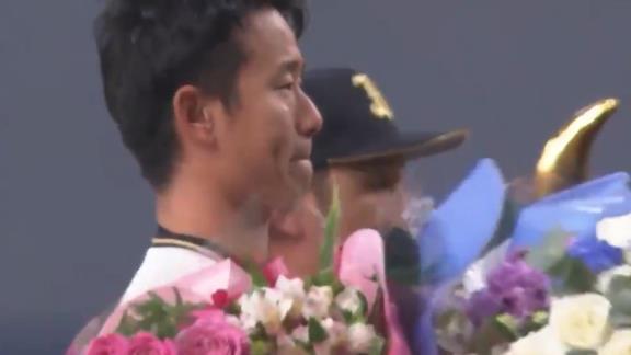 オリックス・松井佑介が引退…今後はコーチ就任へ 引退セレモニーでは中日時代からのチームメイト・モヤから花束が贈られる…【動画】
